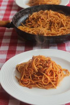 spaghetti all amatriciana Spaghetti All Amatriciana, Pizza Lasagna, Romanian Food, Food And Drink, Pasta, Cooking, Ethnic Recipes, Drinks, Dinner