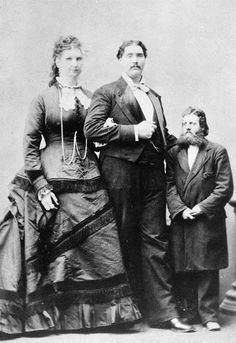 La pareja mas alta del mundo (ambos de 2.40m aprox) con el padre de él.