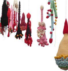 Bactéria, hauteur 20 à 70 cm. 2009 Cécile Dachary est une artiste textile qui explore le crochet de manière sculpturale dans un univers organique. «Ce qui m'intéresse dans …