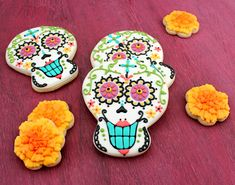So keen to make these... from http://www.sweetsugarbelle.com/blog/2011/10/el-dia-de-los-muertos-day-of-the-dead-cookies/089-3/
