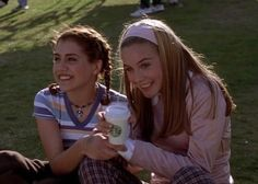 Brittany Murphy and Alicia Silverstone as Tai Frasier and Cher Horowitz Clueless 1995, Clueless Fashion, Clueless Outfits, Tai Clueless, 2000s Fashion, Cher Horowitz, Clueless Aesthetic, Film Aesthetic, Sabrina Carpenter