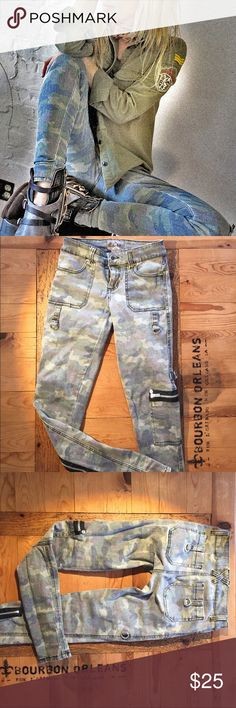 """Stretchy camo skinnies 0 Waist stretches to 15.5"""", thigh (at crotch level) to 10, 10,5"""" at most. 30"""" inseam Royal Bones Jeans Skinny"""
