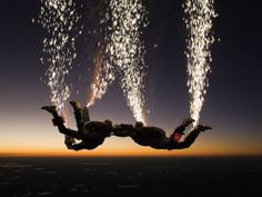 A skydiving team in the United States in increasing the risk of a parachute element. They jumped from more than 4000 meters altitude, when nearly 200 km per hour speed drop paratroopers who will press the chest six buttons lit fireworks tied at the ankle Stunt Woman, Rando, Hero's Journey, Paragliding, Extreme Sports, Stunts, Fireworks, Adventure Travel, Surfing