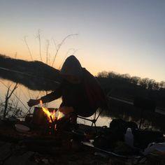 저녁식사 ... 라면과 햇반만 있음돼 그리고 #불멍 #저녁노을 #노지식사 #지는겨울 #아직은춥다  #한북정맥종주중 #backpacker #backpaking #treking #hiking #camping #fishing #outdoormania #paracord #파라코드 #bracelet #handmade #paracordbracelet #EOD #military #hobby #survival #EDC #서바이벌 #생존 #비박