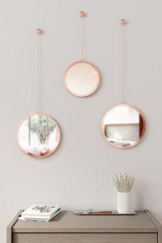Oživte své zdi v interiéru. Skvěle vám k tomu poslouží třeba tato sada závěsných zrcadel na řetízku v černé barvě.