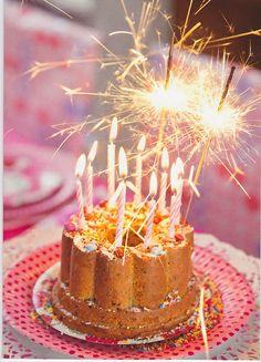 Wunderkerzen auf Geburtstagstorte