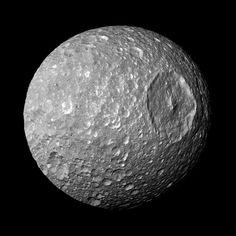 No es la Estrella de la Muerte de la Guerra de las Galaxias, es Mimas, una de las lunas de Saturno.