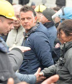 Si toglie il casco e stringe la mano ai lavoratori, guadagnadosi l'applauso: così l'iniziativa di una poliziotta genovese, vicequestore
