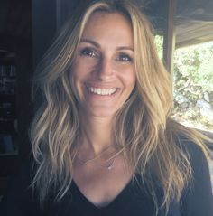 Photo: Julia Roberts supports Charlotte and Gwyneth Gray Foundation posing with Me&Ro jewelry - AboutJulia. Julia Roberts Hair, Oblong Face Shape, Brown Blonde Hair, People Magazine, Hair Dos, Belle Photo, Pretty Woman, Hair Inspiration, Hair Makeup