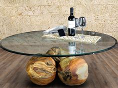 Boules de table basse trio - 120 cm par PICASSI  Unique café table individuelle, composé de 3 sphères en teck avec un diamètre denviron 35 cm, amoureusement par maître craft faite. Le verre de symbiose en teck - acrylique - là-bas est no 2 fois sous cette forme. Un vrai eye-catcher pour votre salon. Lacrylique massif tiges peuvent être officiellement suspendu la plaque de verre 120 x 80…