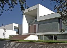 La vivienda realizada en Mairena del Alcor (Sevilla) en el año 2002, es una variante de la casa patio. La parte pública de la casa tiene una altura y se articula alrededor de la piscina que se convierte en el centro de esta zona. La parte de la casa que corresponde a los dormitorios queda separada del resto de modo que rodea al patio, y de esta manera se aparta hacia un área de mayor privacidad.