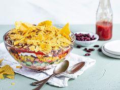 Taco-Salat - eine Variante ohne Blattsalat - Zubereitung bereits einen Tag vorher möglich. Über 316 Bewertungen und für sehr lecker befunden. Mit ► Portionsrechner ► Kochbuch ► Video-Tipps! Dip Recipes, Snack Recipes, Snacks, 7 Layer Dip Recipe, 7 Layer Salad, Buffalo Cauliflower, Cauliflower Recipes, Dips, Salads