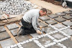 Oavsett om det en terrass, en ny infart eller en gång mellan rabatterna så kan du använda stenar eller plattor som beläggning.