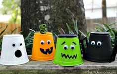 Lavoretto con bicchieri di plastica: i mostri di Halloween