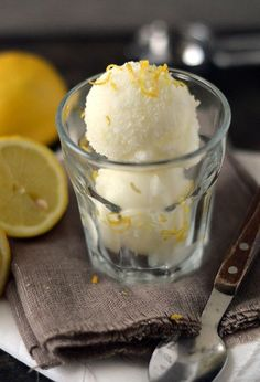 Citroenijs! Het allerlekkerste citroenijs dat je ooit hebt gegeten. Je hebt er… Lemon Ice Cream, Yogurt Ice Cream, Frozen Yoghurt, Ice Lolly Recipes, Ice Cream Recipes, Dessert Recipes, Tart, Food Vans, Italian Ice