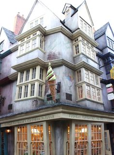 There are so many things to see and do — both big and small — but it's the Harry Potter World hacks you have to look out for. While there, we discovered some secrets in both the Hogsmeade/Hogwarts and Diagon Alley sections of the park, ones that any true fan should definitely not miss out on.
