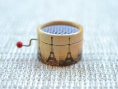 Pequeña caja de música con la Torre Eiffel. Puedes elegir la melodía que quieras de la lista.
