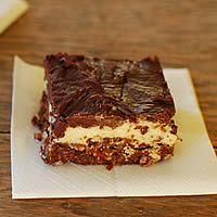 The Original Nanaimo Bar recipe. Nanaimo Bars are a traditional Canadian bar cookie whose origins are in Nanaimo, British Columbia. No Bake Treats, Yummy Treats, Delicious Desserts, Sweet Treats, Dessert Recipes, Yummy Recipes, Cookie Recipes, Recipies, Nanaimo Bars
