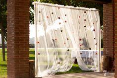 Boda A&J - Photocall con una cortina y flores frescas! #wedding #colours #boda #bodas #flowers #beauty