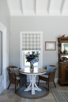 Hampton style should feel curated, but not matchy or too symmetrical. Hamptons Style Decor, Hamptons House, The Hamptons, Decor Interior Design, Interior Decorating, Hampton Style, Dining Table Chairs, Furniture Makeover, Decorating Your Home