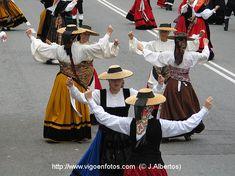 DÍA DA MUÑEIRA 2004 - MUÑEIRAS Y TRAJES TÍPICOS GALLEGOS Folklore, Celtic, Spain, Costumes, Ideas Para, Barcelona, Outfits, Outfit, Country Dance