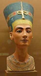 """""""Busto de la reina egipcia Nefertiti"""" fue elaborado por el escultor Tutmose o Dyehutymose el 1330a. C artesano y maestro escultor durante el reinado de Ajenatón. Este busto es una de las obras maestras del arte egipcio. Del arte egipcio esta escultura es mi favorita,nos hace ver la gran belleza que pudo tener esta reina en su vida y la precisión del escultor, ya que parece que estamos  viendo a la reina como podía ir maquillada y el rasgado de sus ojos."""