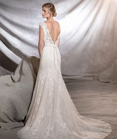 ORIA - Tulle wedding dress with a classic air, fitted to the hip, with a bateau neckline and A-line skirt. A magnificent creation with stunning floral motifs in lace and guipure. Every last detail is a romantic dream.