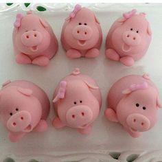 Olha que fofura!!! Trufas lindas de @monemuniz . Direto de Campinas - SP para Recife!! Quem desejar ... Polymer Clay Projects, Polymer Clay Creations, Clay Crafts, Farm Animal Party, Barnyard Party, Kid Cupcakes, Animal Cupcakes, Fondant Toppers, Custom Cake Toppers
