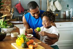 Nutrition plays a huge role in childhood health. Here are 3 big-picture tips to help co-parents keep their children's nutrition on track. Dinner Recipes For Kids, Healthy Dinner Recipes, Kids Meals, Family Recipes, Diabetic Recipes, Family Meals, Cooking Recipes, Brain Boosting Foods, Cooking Together