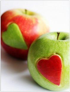 Tag et grønt og et rødt hjerte og skær det ud i begge æbler og byt hjerter. Cut hearts in the side of the apples and switch them around
