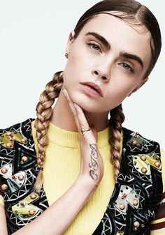 Cara Delavigne does the kiss curls in the DKNY 'SS15 campagne the new trend! #hairinspiration