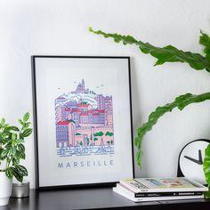 Illustrateur et designer, Lucas Marinm a spécialement créé pour Presto Éditions une série d'affiches graphiques aux couleurs vives et éclatantes où il représente l'univers et les symboles de la ville de Marseille au travers d'un paysage moderne et stylisé.  Un superbe élément décoratif à afficher sur l'un de vos murs.    Une impression rendue possible grâce à la technique duplicopie Riso, entre photocopie et sérigraphie.