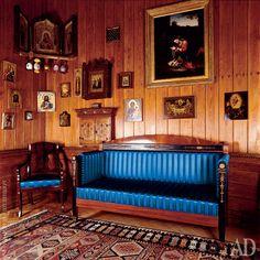 Личная комната великого князя. На диване, обтянутом синим шелком, он умер в 1915 году.