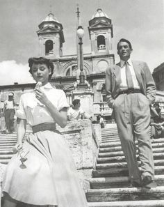 Piazza di Spagna in Rome! Audrey Hepburn & Gregory Peck in Roman Holidays. Gregory Peck, Katharine Hepburn, Audrey Hepburn Movies, Old Hollywood, Sophia Loren, Audrey Hepburn Pictures, Audrey Hepburn Roman Holiday, Travel Movies, Bette Davis