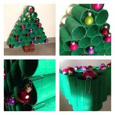 Kerstboom van wc rolletjes. Vergis je niet in de hoeveelheid werk van het verven. Hij staat redelijk stabiel en de ballen blijven dankzij de paperclips heel goed vast zitten. Totale kosten geschat op 1 euro (de ballen).