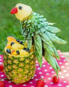 Papagei aus Ananas Obstschüssel Foodie selbstgemacht Parrot made of pineapple fruit bowl Foodie homemade Tropical parrot fruit salad L'art Du Fruit, Deco Fruit, Fruit Art, Fruit Trays, Fruit Bowls, Fruit Snacks, Fruit Buffet, Fruit Cups, Fruit Tables