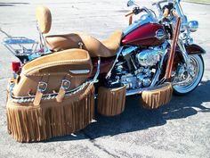 Holy cow. Harley Davidson road king seat and bags...and fringe. Lots of fringe. Harley Davidson Scrambler, Harley Davidson Signs, Harley Davidson Merchandise, Motos Harley, Harley Davidson Helmets, Harley Davidson Street Glide, Harley Davidson Touring, Road King, Cow