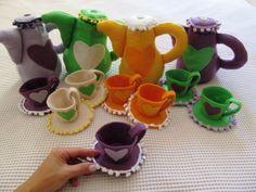 Kit jogo de chá com um bule e duas xícaras em feltro. Bule com enchimento e fundo duro para ficar em pé. Enfeites de pompom e botões Pode ser feito em outras cores. Na foto tem as princesas Rapunzel (roxo com lilás), Tiana (Verde e bege), Bela (amarelo) e Ariel (roxo com verde). Pedido mínimo 10 Kits (1 bule + 2 xícaras) R$ 18,00