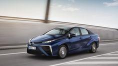 Toyota Mirai, un llamativo coche de hidrógeno ya disponible en Europa. Noticias de Motor. Toyota ya comercializa en algunos mercados europeos su nuevo vehículo de hidrógeno, el Mirai, un automóvil que solo emite agua por su tubo de escape. Un