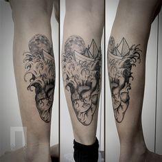 Lan Pravda transita entre o surreal e o lúdico. Em suas tatuagens dialogam contrastes − preto e cores, geometria e organicidade, abstrato e figurativo.