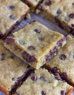 If you're a fan of banana bread, you're going to LOVE these banana chocolate chip blondies. Once you taste them, I promise you will never go back to banana Desserts With Chocolate Chips, Banana Chocolate Chip Cookies, Banana Blondies, Banana Bars, Ripe Banana Recipe, Banana Recipes, Recipes With Bananas, Köstliche Desserts, Delicious Desserts
