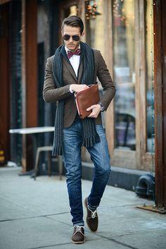мужчина в коричневом пиджаке с бабочком и шарфе