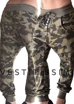 Pantalone mimetico donna sportivo cavallo basso: Pantaloni color fango fantasia mimetica militare con tasche, fascia elastica e lacci in vita, chiusura con bottoni