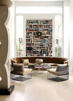 Em mostras de decoração e feiras de design, eles viraram hit. Os sofás curvos lembram os móveis dos anos 40 e trazem uma atmosfera retrô para a sala. Na galeria abaixo, confira estes 10 sofás que estão sendo super compartilhados no Pinterest
