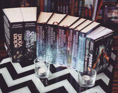 Moja kolekcja Sandersona 😍😱♥️😎😍😱 Lubicie tego autora? Osobiście uwielbiam 😍♥️😍♥️🤓 #brandonsanderson #drogakrólów #słowaświatłości #zmgłyzrodzony #studniawstąpienia #bohaterwieków #stopprawa #cienietożsamości #żałobneopaski #staloweserce #pożar #bookporn #booklover #bookaholic #bookgeek #książka #książki #book #books #kolekcjasandersona #wydawnictwomag #zyskiska #wydawnictwozyskiska #zyskiskawydawnictwo