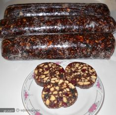 Rupem biscuitii bucatele iar rahatul il taiem cubulete.  Punem intr-un vas pe foc laptele, rahatul si ciocolata si lasam sa dea 2-3 clocote. Dam