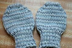 Crochet Baby Mittens Thumbless baby mitts intended for little ones older than newborn but too young to navigate thumbs in their mittens. Knitted quickly on the round, this is an excellent project for scraps. Baby Mittens Knitting Pattern, Easy Baby Knitting Patterns, Crochet Baby Mittens, Toddler Mittens, Crochet Baby Blanket Beginner, Baby Girl Patterns, Crochet Baby Boots, Knit Mittens, Kids Knitting