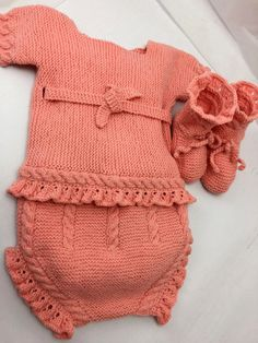 Ropa y accesorios para bebés y mamás hechos a mano Crochet For Boys, Knitting For Kids, Baby Knitting, Baby Layette, Baby Socks, Knitted Dolls, Baby Sweaters, Baby Design, Baby Patterns