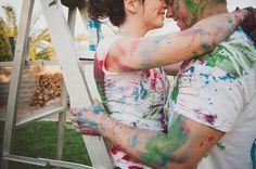 Inspiração para ensaio   Save the date - http://www.blogdocasamento.com.br/cerimonia-festa-casamento/ensaio/ensaio-sujo-de-tinta-httpwww-loveandlavender-com201212paint-fight-engagement-session/