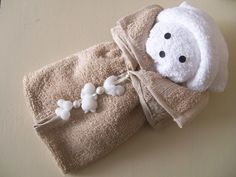 cute washcloth Paddington - there were no instructions given where I pinned this from another user, just the photo. Baby Crafts, Diy And Crafts, Homemade Gifts, Diy Gifts, Towel Origami, Towel Animals, Baby Animals, How To Fold Towels, Towel Cakes